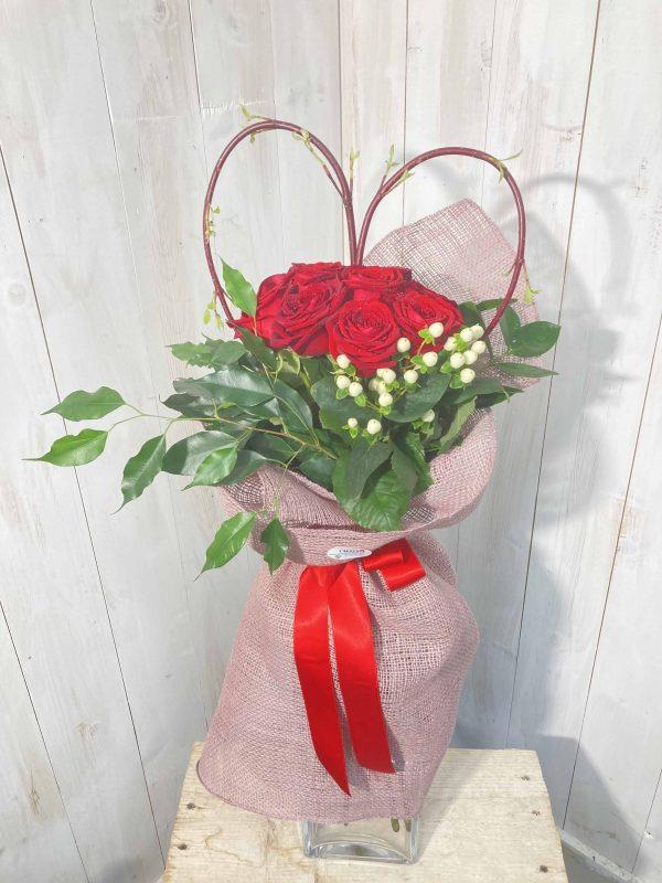 Composizione di rose rosse