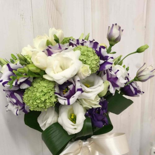 bouquet di fresie lisiantus e viburnum-min