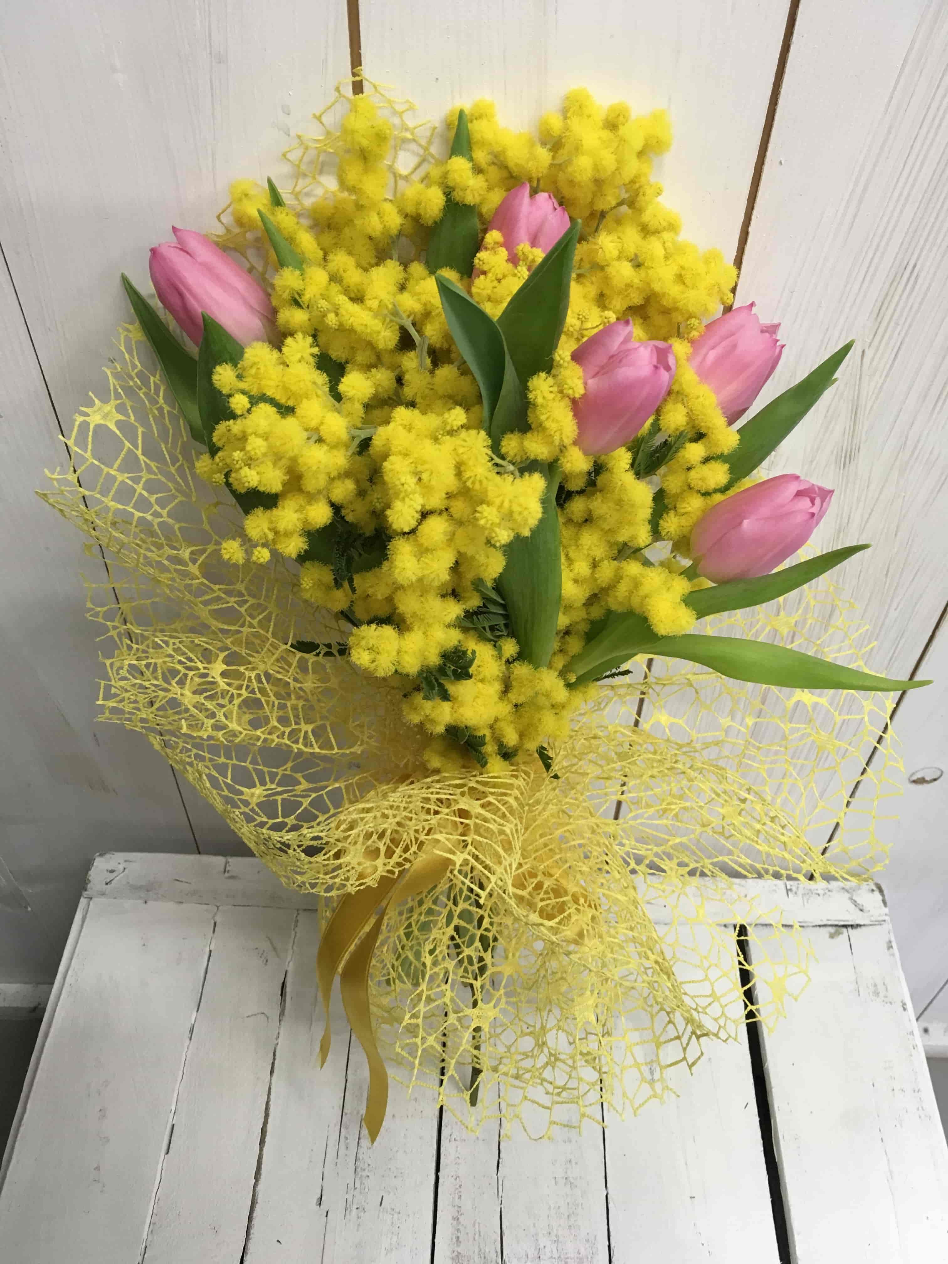 Mazzo Di Fiori Con Mimose.Bouquet Di Tulipani Con Mimosa Fiorista Cilloni Reggio Emilia